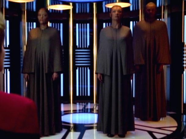 Drayanische Delegation an Bord der Voyager.jpg