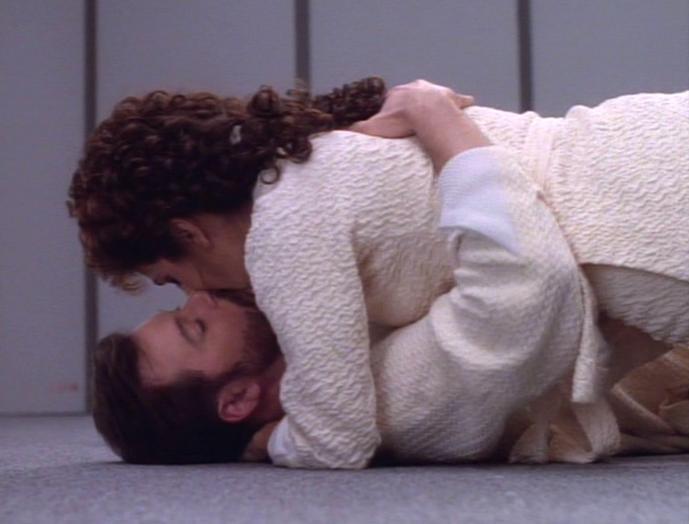 Thomas Riker küsst Troi.jpg