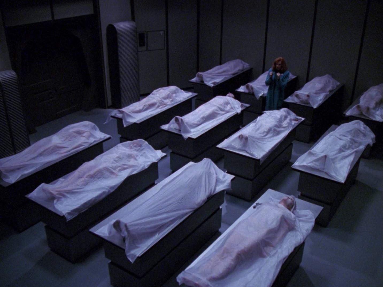 Beverly in der Leichenhalle der Enterprise-D.jpg