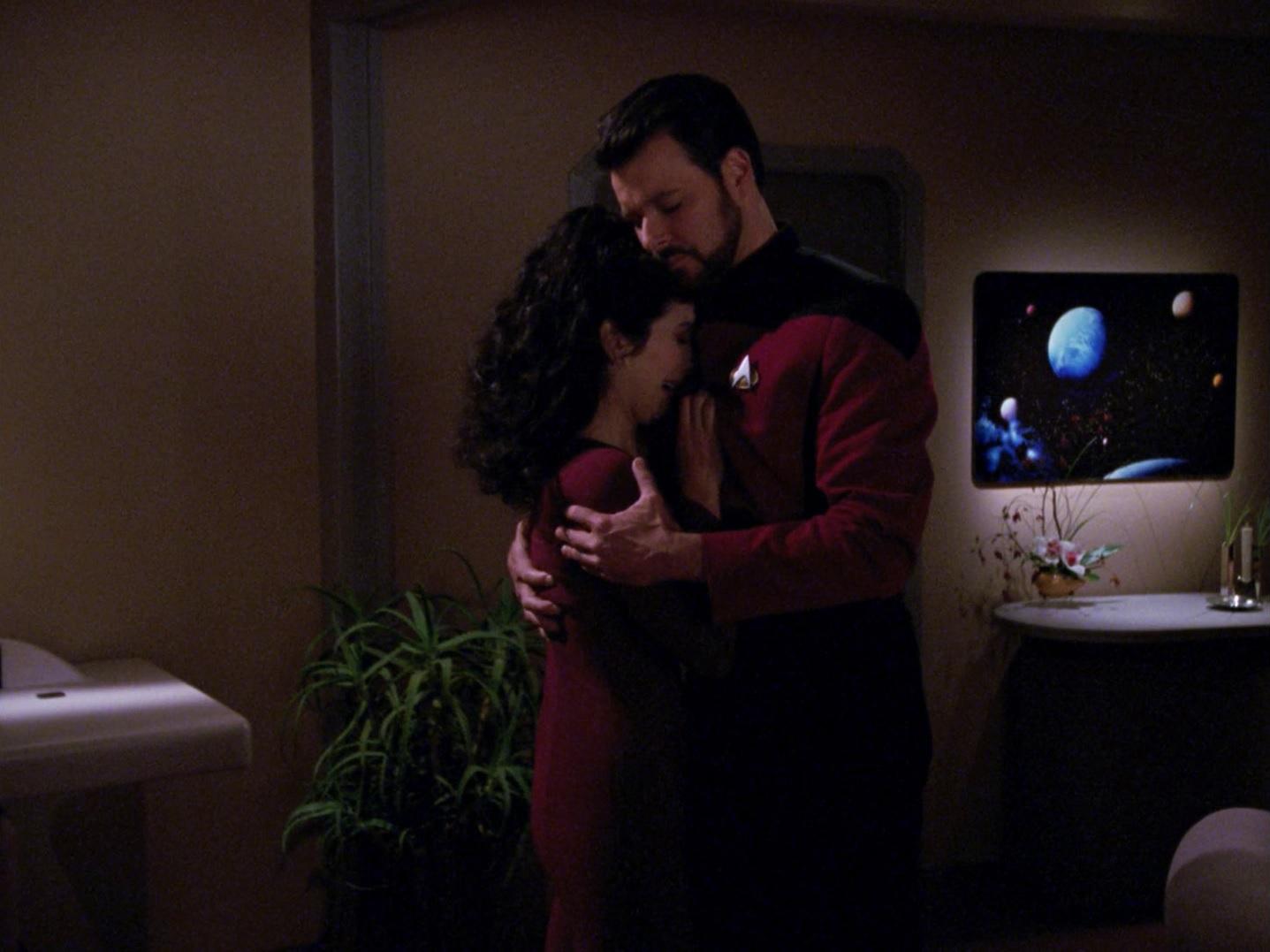 Riker tröstet Troi.jpg