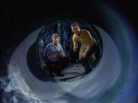 Spock i Kirk sprawdzają tunel Horty