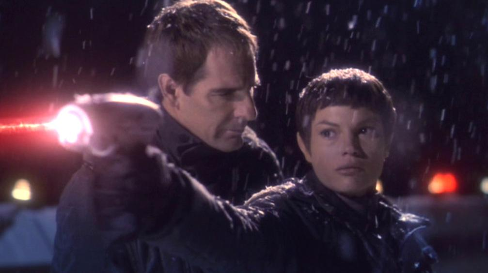 T'Pol erschießt Menos.jpg