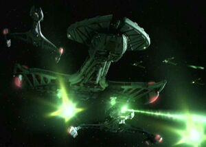 """La IKS Negh'Var attacca Deep Space 9 nel corso della Prima Battaglia di Deep Space 9. (DS9: """"La via del guerriero - prima parte"""")"""