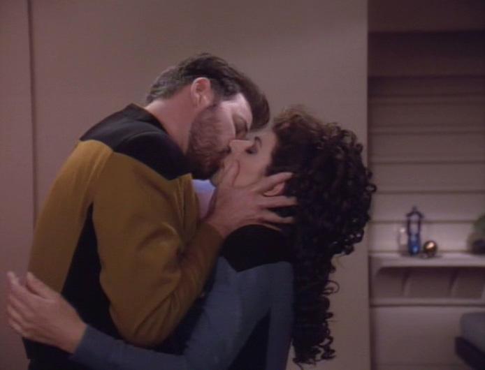 Kuss T. Riker und Troi.jpg