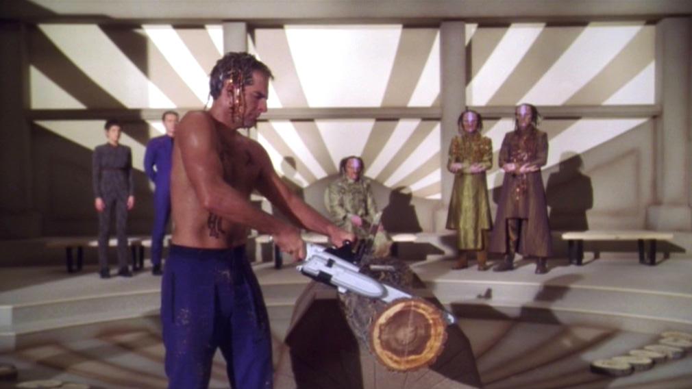 Archer benutzt eine Kettensaege.jpg