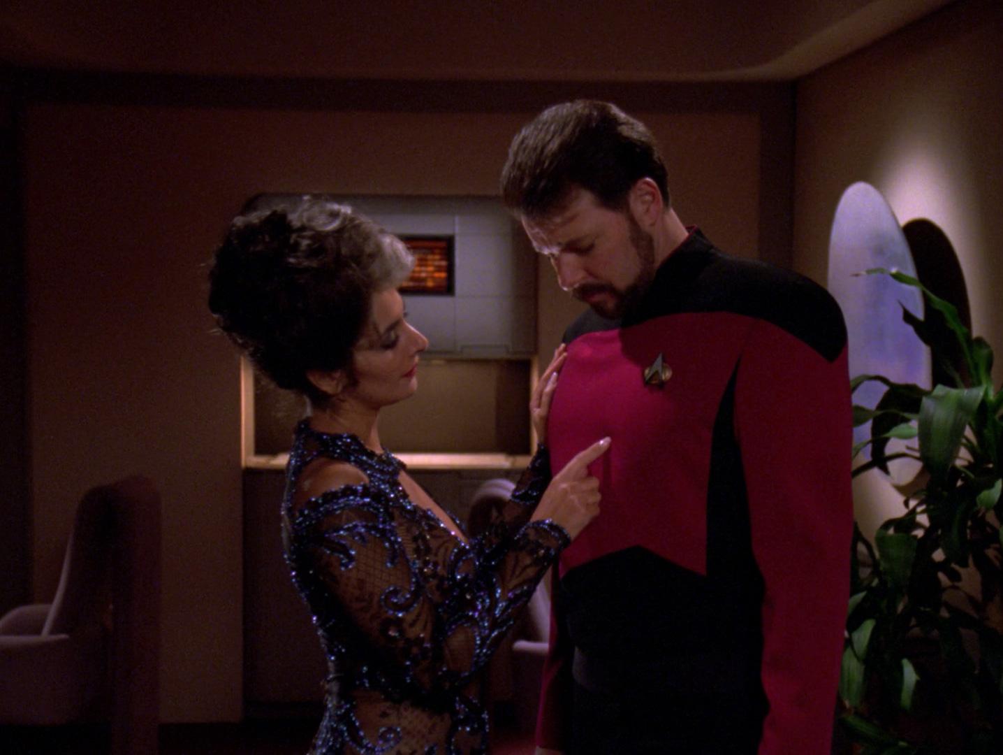 Troi verführt Riker.jpg