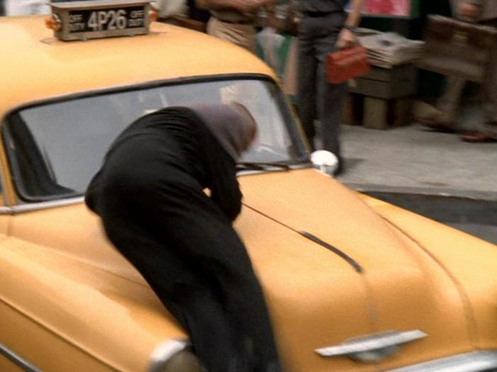 Sisko wird von Taxi angefahren.jpg