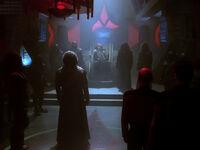 Worf vor dem Klingonischern hohen Rat
