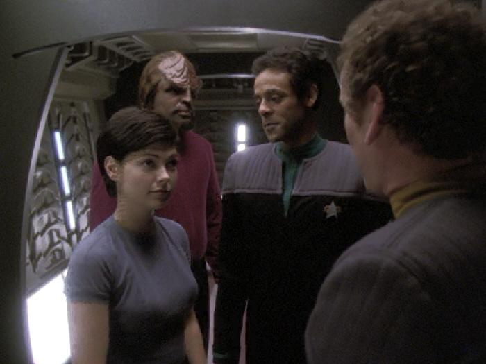Bashir und O'Brien begrüßen Dax und Worf.jpg