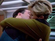 Natasha Yar küsst ein Besatzungsmitglied der Enterprise