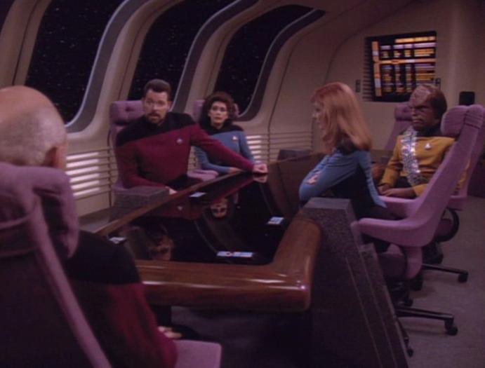 Führungsoffiziere besprechen über die Borg.jpg