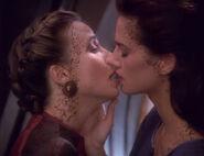 Jadzia küsst Lenara