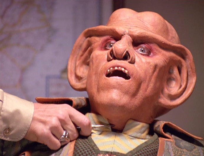 Wainwright hält Quark Skalpell an Hals.jpg