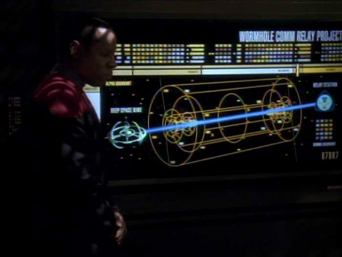 Sisko erklärt die Pläne für das Kommunikationsrelais.jpg