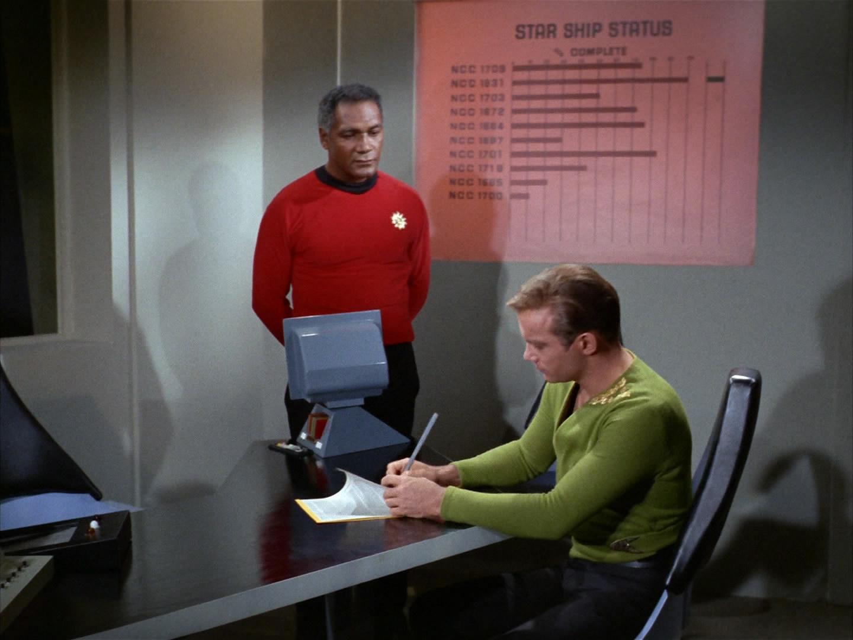 Kirk und Stone gehen Unfallbericht durch.jpg