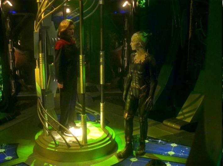 Die Borg-Königin versucht Kathryn Janeway zur Kapitulation zu überreden.jpg