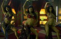 Les soeurs esclaves Oriones sont un amusement pour Jonathan Archer et Malcolm Reed à bord du Vaisseau de Harrad-Sar en 2154