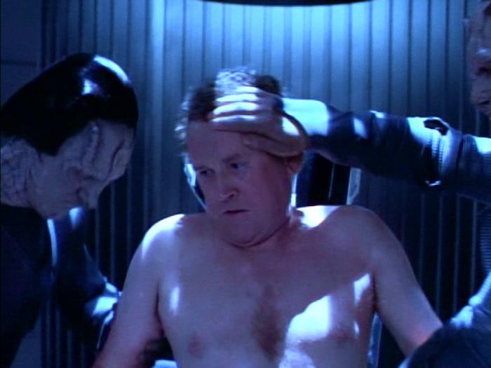 O'Brien wird von den Cardassianern behandelt.jpg