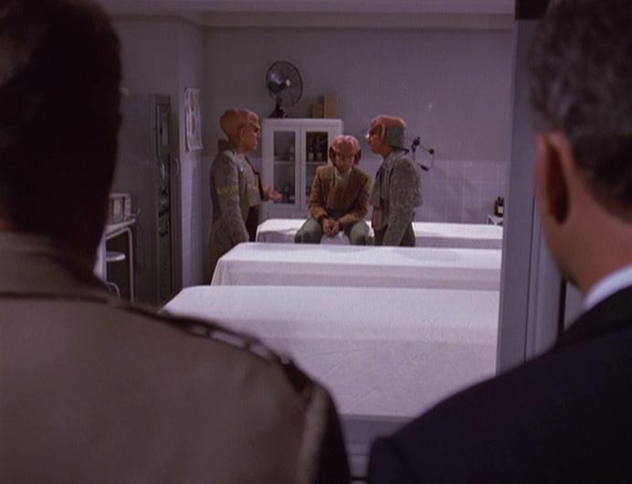 Denning und Carlson beobachten die Ferengi.jpg