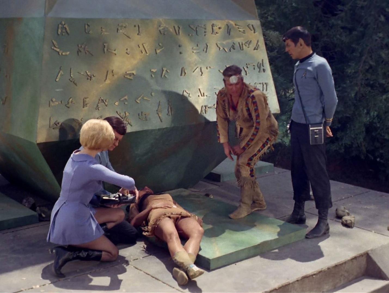 McCoy versucht Miramanee zu retten.jpg