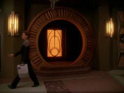 Entrée du temple bajoran sur Deep Space 9.jpg