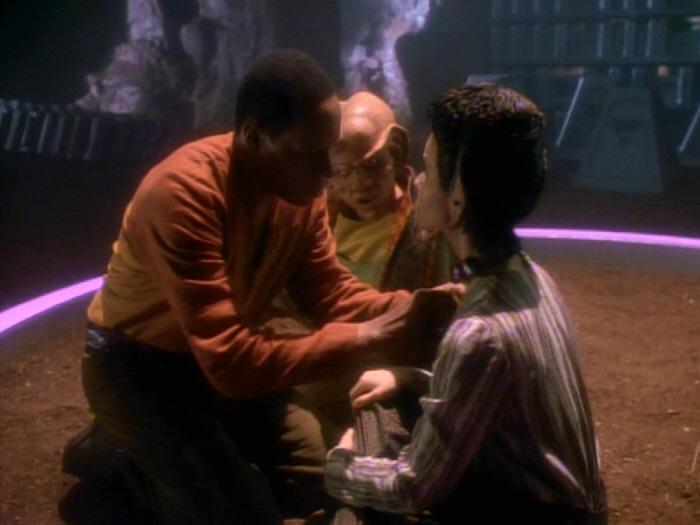 Sisko kümmert sich um Eris' Halsband.jpg