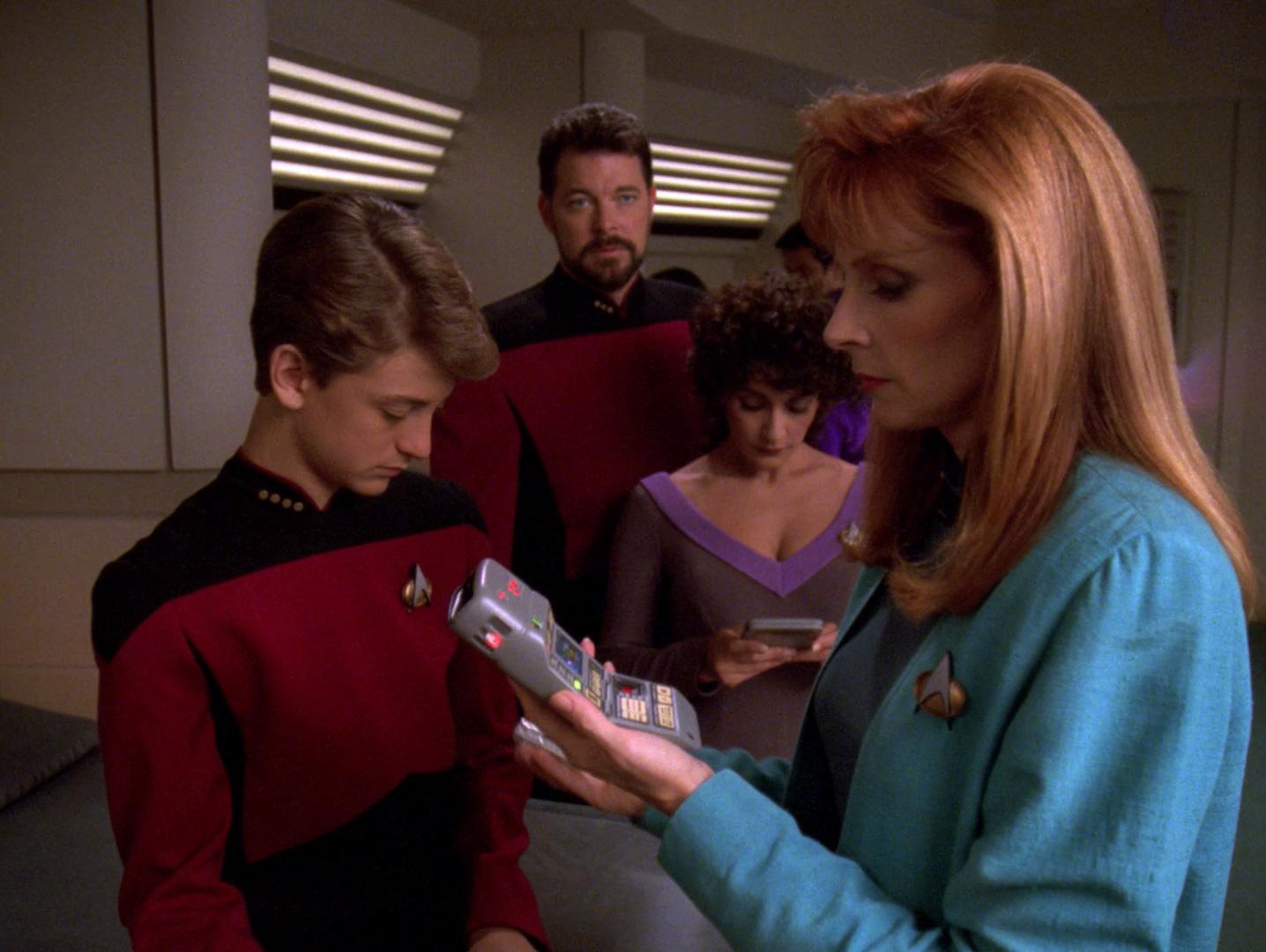 Crusher untersucht den jungen Picard.jpg