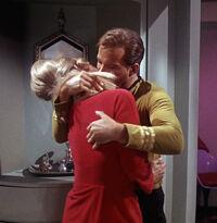Zły Kirk narzuca się Janice Rand