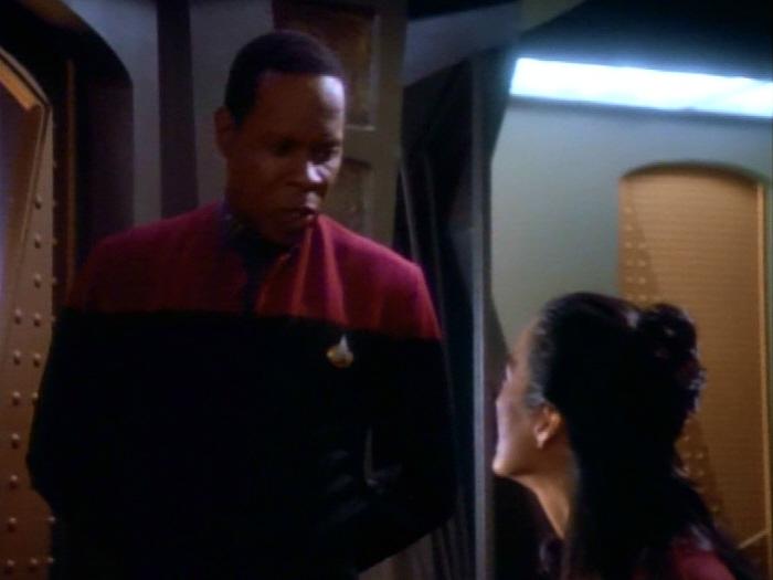 Sisko versucht Keiko zu beruhigen.jpg