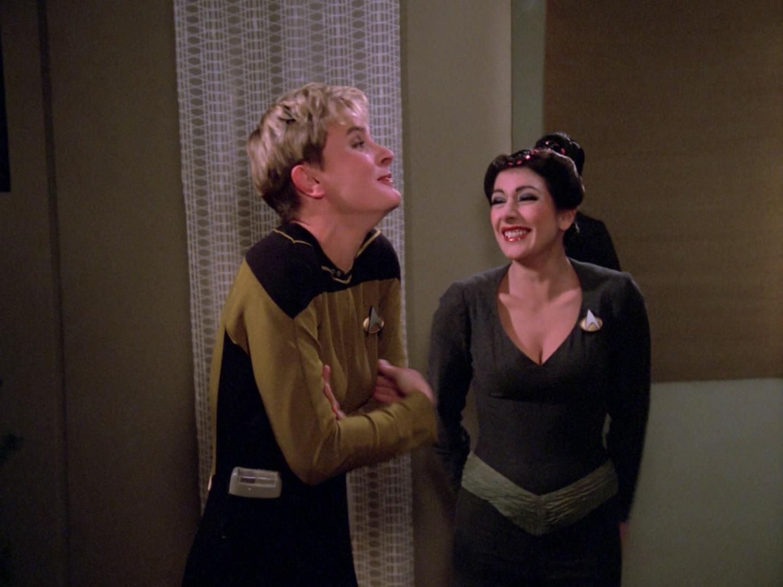 Yar und Troi lachen über Riker.jpg