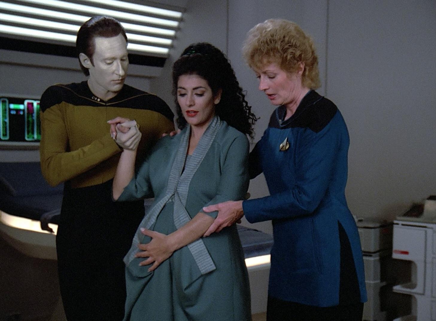 Data kümmert sich um die schwangere Troi.jpg