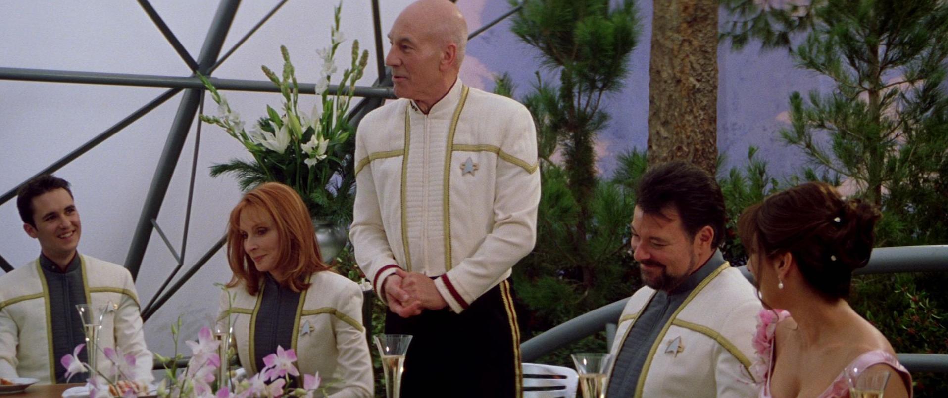 Picard hält Toast auf Hochzeit.jpg