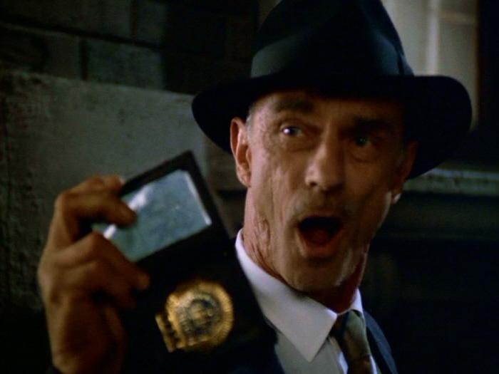 Polizist zeigt Polizeimarke.jpg
