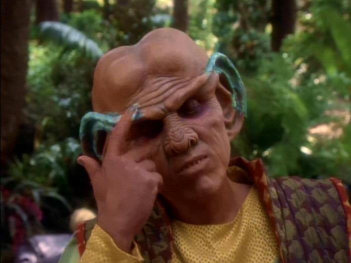 Quark streicht Salbe auf die Ohren.jpg