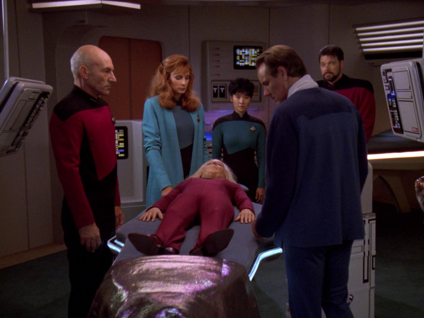 Crusher erklärt Troi für tot.jpg