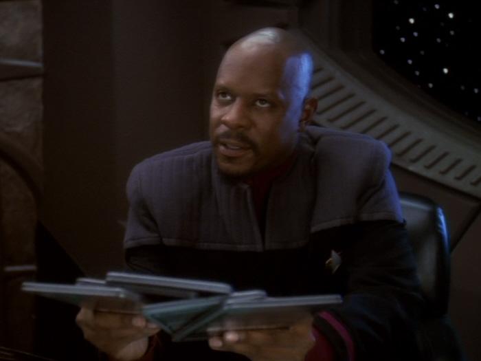 Sisko lässt sich Analyse erklären.jpg