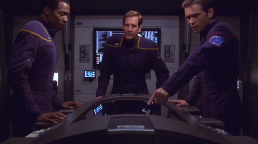 Mayweather erklärt die Steuerung eines Zellenschiffes.jpg