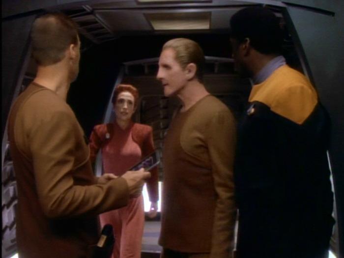 Kira informiert Odo über sofortigen Abflug.jpg