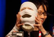 Hideo Kojima con la mascara de Ishmael