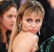 Miley-cyrus-w-mocnym-makijazu-527003-MT