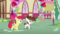 Apple Bloom talking to Pipsqueak S8E10