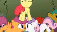 S02E01 Apple Bloom na głowach Scootaloo i Sweetie