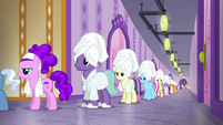 Aloe notices long line of ponies S6E10
