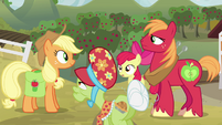 Applejack talking with her family S4E09