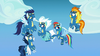 Rainbow Dash points to her parents in the stands S7E7