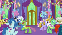 Ponies and changelings mingle in the throne room S7E1