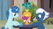 S07E08 Scootaloo szuka Big Maca pod wazonem