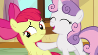 Sweetie Belle points at Apple Bloom S5E04