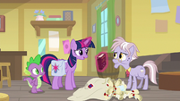 Twilight giving the book to Dusty S9E5