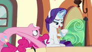 S06E03 Pinkie i Rarity siedzą w przedziale